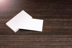 Biglietti da visita in bianco su un fondo di legno scuro Fotografia Stock Libera da Diritti