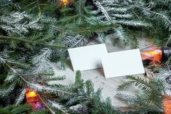 Biglietti da visita in bianco sui rami dell'albero di Natale, sulla decorazione del nuovo anno e sulla ghirlanda fotografia stock
