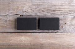 Biglietti da visita neri isolati su vecchio fondo di legno Fotografie Stock