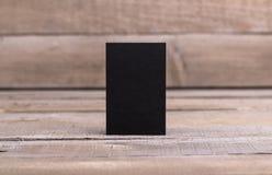 Biglietti da visita neri isolati su vecchio fondo di legno Immagine Stock Libera da Diritti