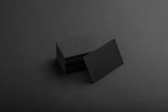 Biglietti da visita neri su fondo nero Immagine Stock