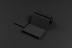 Biglietti da visita neri su fondo nero Fotografie Stock Libere da Diritti