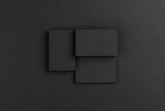 Biglietti da visita neri su fondo nero Fotografie Stock
