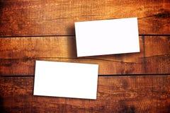 Biglietti da visita orizzontali in bianco sulla Tabella di legno Fotografia Stock