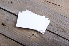 Biglietti da visita su vecchio fondo di legno Fotografie Stock Libere da Diritti