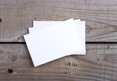 Biglietti da visita su vecchio fondo di legno Fotografia Stock Libera da Diritti