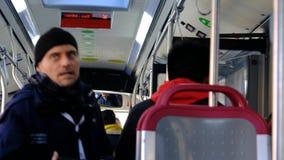 Biglietti di controllo del conduttore del bus sul bus stock footage