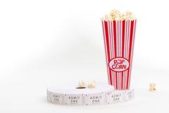 Biglietti di film e del popcorn Fotografie Stock Libere da Diritti