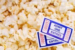 Biglietti di film e del popcorn Fotografie Stock