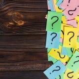 Biglietti di ricordi scritti fondo variopinto dei punti interrogativi chieda o concetto di affari con lo spazio della copia fotografia stock libera da diritti
