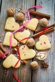 Biglietti di S. Valentino di biscotto al burro del giacimento detritico, innamorati variopinti, nastri e Fotografia Stock Libera da Diritti