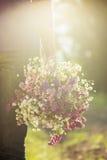 biglietti di S. Valentino romantici regalo di una tenuta delle coppie e fiori, annata t Fotografie Stock