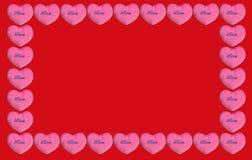 Biglietti di S. Valentino rosa del cuore su fondo rosso fotografia stock