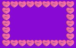 Biglietti di S. Valentino rosa del cuore su fondo viola fotografie stock