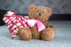 Biglietti di S. Valentino Teddy Bear con i cuori rossi che si siedono da solo Fotografie Stock