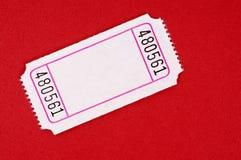 Biglietto bianco in bianco su un fondo rosso fotografia stock