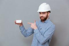 Biglietto da visita barbuto allegro del copyspace della tenuta del costruttore Immagine Stock