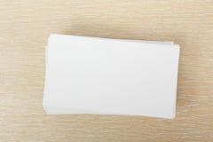 Biglietto da visita in bianco bianco Scrittorio della tavola dell'ufficio con l'insieme dei rifornimenti variopinti, tazza, penna Fotografia Stock Libera da Diritti