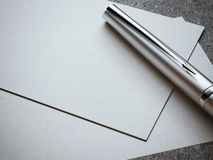 Biglietto da visita bianco con la penna d'argento di lusso Immagini Stock Libere da Diritti