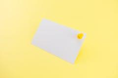 Biglietto da visita in bianco con le ombre molli su fondo giallo Immagine Stock Libera da Diritti