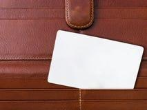 Biglietto da visita bianco in sacchetto di cuoio fotografia stock