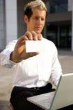 Biglietto da visita in bianco in una mano Fotografia Stock Libera da Diritti