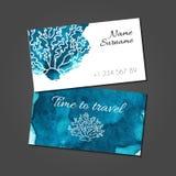 Biglietto da visita con corallo sulla macchia blu dell'acquerello illustrazione di stock