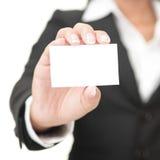 Biglietto da visita - donna di affari che tiene segno in bianco Immagini Stock
