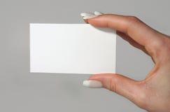 Biglietto da visita femminile della holding della mano Immagini Stock Libere da Diritti