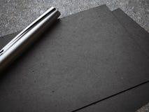 Biglietto da visita nero con la penna d'argento di lusso Fotografia Stock