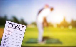 Biglietto dell'allibratore sui precedenti della TV che mostra golf, sport che scommettono, golf del gioco fotografie stock libere da diritti