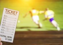 Biglietto dell'allibratore sui precedenti della TV su cui lo sport è indicato nel gioco di lancio, gli sport che scommettono, all fotografia stock