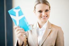 Biglietto di aria della holding della donna di affari fotografie stock