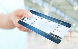 Biglietto di aria della tenuta della mano sull'aeroporto Fotografie Stock
