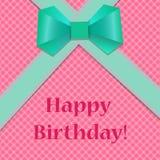 Biglietto di auguri per il compleanno con i nastri verdi ed arco su backg rosa a quadretti Immagine Stock Libera da Diritti
