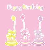 Biglietto di auguri per il compleanno con i procioni, la torta di compleanno ed il pallone svegli Immagine Stock