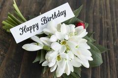 Biglietto di auguri per il compleanno felice con il mazzo dei bucaneve Fotografie Stock Libere da Diritti