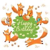 Biglietto di auguri per il compleanno felice con le volpi sveglie nel vettore Fotografie Stock Libere da Diritti