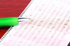 Biglietto di lotteria con una penna immagine stock