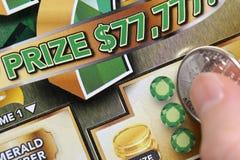 Biglietto di lotteria di scratch della donna Fotografie Stock