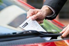 Biglietto di parcheggio sul parabrezza dell'automobile Fotografia Stock Libera da Diritti