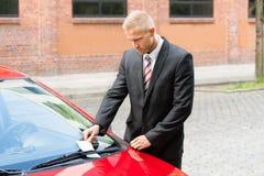 Biglietto di parcheggio sul tergicristallo dell'automobile Fotografie Stock Libere da Diritti