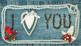 Biglietto di S. Valentino, cartolina d'auguri con cuore bianco di legno, chicchi di caffè a Fotografia Stock Libera da Diritti