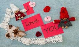 Biglietto di S. Valentino, cartolina d'auguri con cuore quilling rosso e c tricottare Immagini Stock