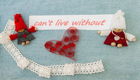 Biglietto di S. Valentino, cartolina d'auguri con cuore quilling rosso e c tricottare Fotografie Stock Libere da Diritti