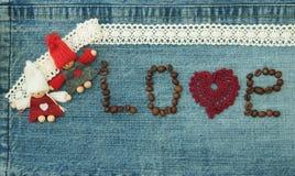 Biglietto di S. Valentino, cartolina d'auguri con cuore rosso tricottato, chicchi di caffè Fotografia Stock Libera da Diritti