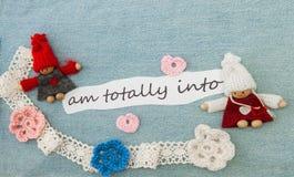 Biglietto di S. Valentino, cartolina d'auguri con i cuori rosa, fiori e tricottare Fotografia Stock