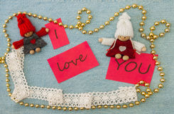 Biglietto di S. Valentino, cartolina d'auguri con tricottare le coppie nell'amore e dorato Immagine Stock