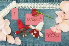 Biglietto di S. Valentino, cartolina d'auguri con tricottare le coppie nell'amore, poco con riferimento a Fotografia Stock