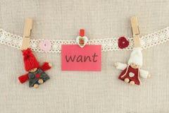 Biglietto di S. Valentino, cartolina d'auguri I perni di legno hanno tricottato l'uomo amoroso delle coppie Immagini Stock